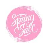 春天与书法文本设计的销售标志和桃红色圈子掠过冲程背景 免版税库存照片