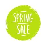 春天与手写的文本设计的销售标志和绿色圈子掠过冲程背景 免版税库存图片