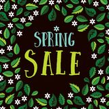 春天与绿色叶子和白花的销售横幅 库存图片