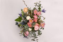 春天五颜六色的花束在白色花瓶开花 库存图片
