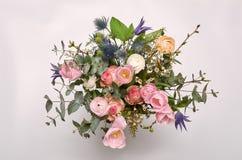 春天五颜六色的花束在白色花瓶开花 库存照片