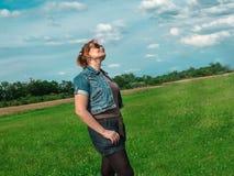 春天享受自然的草甸妇女 图库摄影