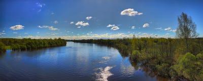 春天全流动的宽河的全景 免版税库存图片