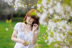 春天公园的少妇 免版税库存图片