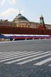 春天和劳动节的红场。俄国旗子颜色。 库存图片