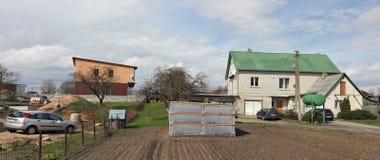 春天土豆床、温室和农村房子 库存图片