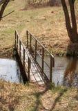 春天在一条小小河的风景桥梁 图库摄影
