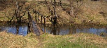 春天在一条小小河的风景桥梁 库存图片