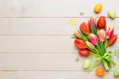 春天在桶的复活节郁金香在白色葡萄酒背景 免版税图库摄影