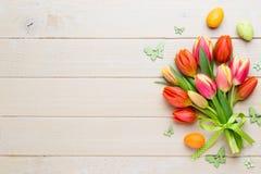 春天在桶的复活节郁金香在白色葡萄酒背景 免版税库存图片