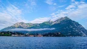 春天在科莫湖岸的安静早晨在贝拉焦 免版税库存照片