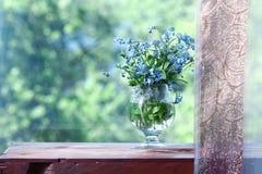 春天在窗口的一个罐开花 免版税库存图片