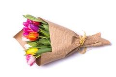 春天在纸包裹的郁金香花花束  免版税图库摄影