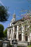 春天在背景,格林威治,英国中进展与教会 免版税库存图片