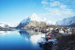 春天在雷讷村庄, Lofoten海岛 库存照片