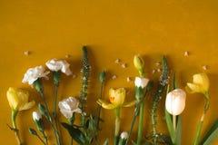 春天在黑暗的黄色背景顶视图开花 免版税库存照片