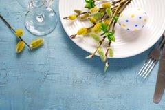 春天复活节在一张木桌上的表设置 顶视图 免版税图库摄影