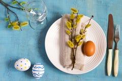 春天复活节在一张木桌上的表设置 顶视图 库存图片