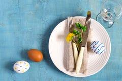 春天复活节在一张木桌上的表设置 顶视图 免版税库存照片