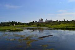 春天夏天风景蓝天河船绿色树 库存照片