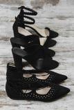 春天夏天黑人妇女` s穿上鞋子脚跟舱内甲板行 免版税图库摄影