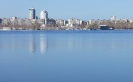 春天天空的深蓝色在河的镇静平滑性反射 库存图片