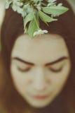 春天妇女、美丽的面孔女性享用的樱花、树枝和自然秀丽的肉欲的梦想的画象 免版税库存照片