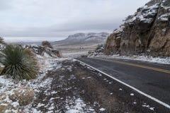 春天山谷路在冬天在新墨西哥 免版税库存照片