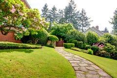 春天庭院和路在家附近。美国西北部。 库存图片