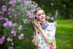 春天庭院开花的树的妇女 库存图片