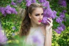 春天庭院开花的树的妇女 库存照片