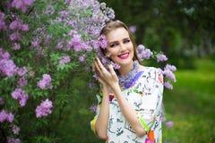 春天庭院开花的树的妇女 免版税图库摄影