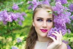 春天庭院开花的树的妇女 图库摄影