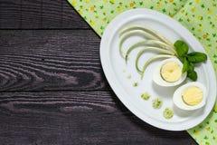 春天开胃菜用鸡蛋和野生蒜 图库摄影