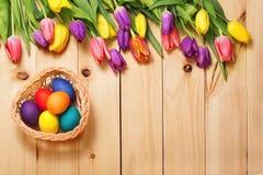 春天开花束和复活节彩蛋在木地板纹理 豆杆 免版税库存图片