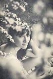 春天开花的年轻美丽的妇女 免版税库存图片