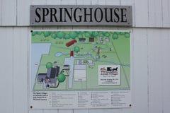春天房子在门诺派中的严紧派的村庄的标志板 库存图片