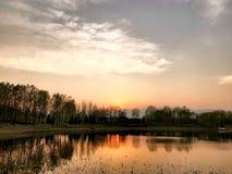春天日落在北坞公园在北京中国 库存照片