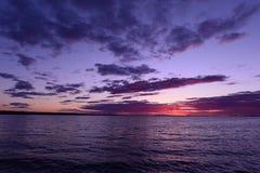 春天日落的美好的颜色在湖水的表面的 免版税库存图片