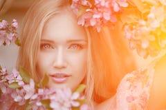 年轻春天时尚妇女在春天庭院里 春天 时髦 免版税库存照片