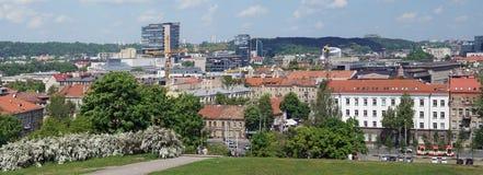 春天晴朗的维尔纽斯市的全景 免版税库存图片