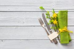 春天桌与黄水仙的餐位餐具 库存图片