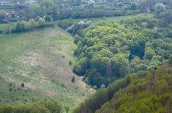 春天森林、山沟和村庄从Jazlovets城堡废墟, T 免版税库存照片