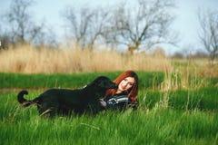 春天步行的快乐的少妇 免版税库存照片