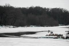 春天河开始熔化和冰的渔夫 免版税库存照片