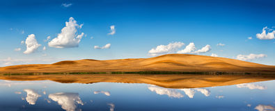 春天清楚的蓝天和云彩 反射在水中 图库摄影