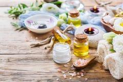 春天温泉健康设置概念,与精油肥皂奶油的背景 库存照片