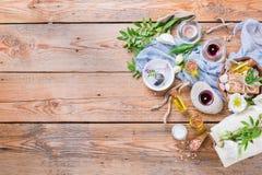 春天温泉健康设置概念,与精油肥皂奶油的背景 库存图片