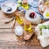 春天温泉健康设置概念,与精油肥皂奶油的背景 免版税库存图片