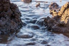 春天溪 通过在方式熔化的冰和雪的春天跑的小河 r 免版税库存图片